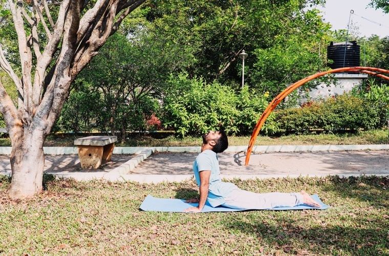 Squeezing-in the next is wrong in Bhujangasana.
