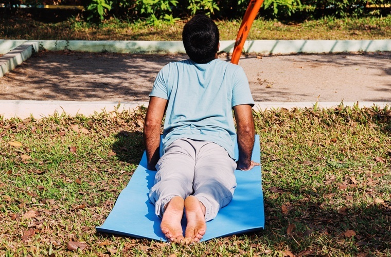 This way of clasping the two feet together is an incorrect feet position in Bhujangasana.